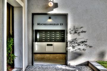תיבות הדואר בכניסה לבניין (צילום: רן בירן)