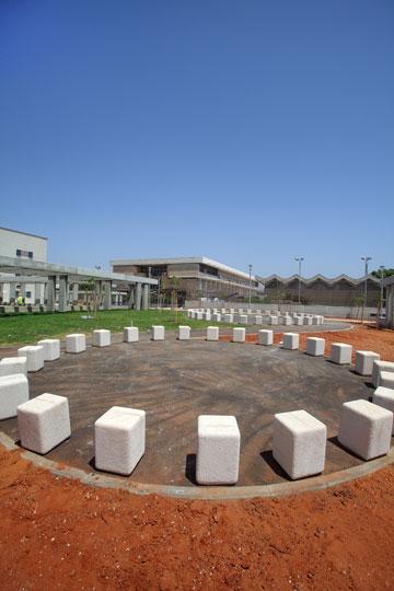 כיכרות מפגש בחצר בית הספר (צילום: אמית הרמן)