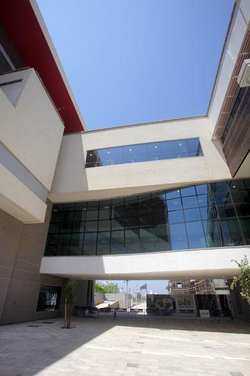 המבנה המרכזי ואגפי הכיתות סביבו (צילום: אמית הרמן)