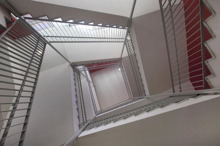 שני גרמי-מדרגות מלופפים זה בזה במקביל, ואפשר לבחור באיזה מהם לעלות או לרדת (צילום: אמית הרמן)