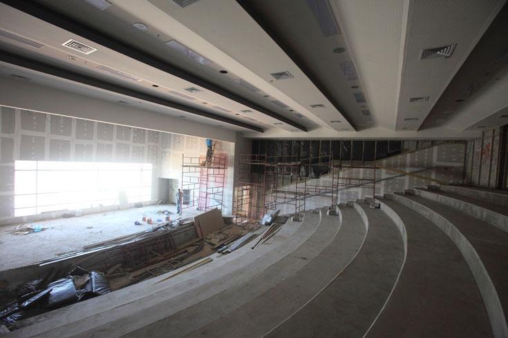 בין השאר יהיה כאן אולם ספורט גדול. זהו בית ספר ''דיגיטלי'', שבו לומדים בלי ספרים ומחברות, רק עם מחשבים (צילום: אמית הרמן)