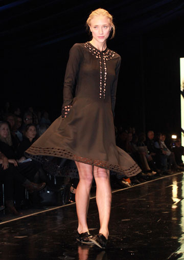 דפנה דה גרוט מדגמנת בתצוגה של טובהל'ה בשבוע האופנה בתל אביב (צילום: עמי סיאנו)