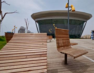 ריהוט העץ בכיכר של המשכן החדש (צילום: איתי סיקולסקי)