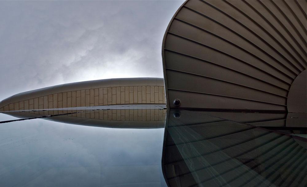 דינמי. מבט מלמטה על גג המשכן לאמנויות הבמה באשדוד (צילום: איתי סיקולסקי)