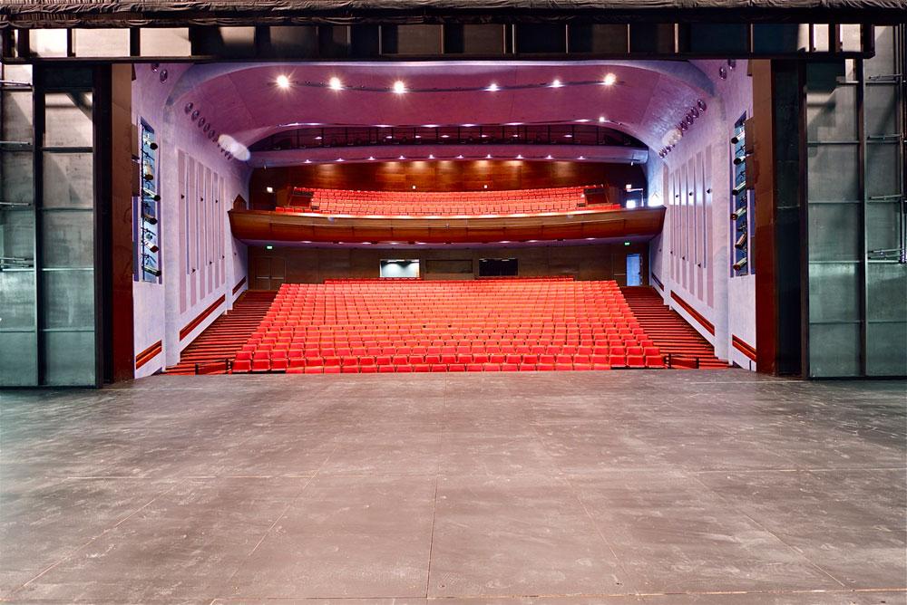 הבמה גדולה אמורה לאפשר העלאה של רוב מופעי הבמה: תיאטרון, מחול וקונצרטים. במופעים קטנים ייסגר היציע, כדי ליצור אינטימיות (צילום: איתי סיקולסקי)