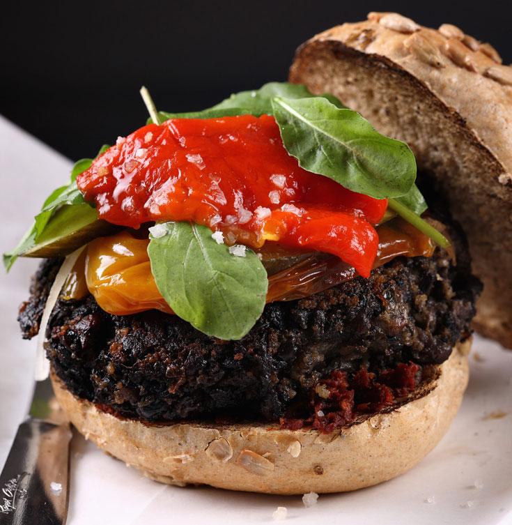 המבורגר עדשים שחורות (צילום:כפיר חרבי, סגנון: דלית מרחב)