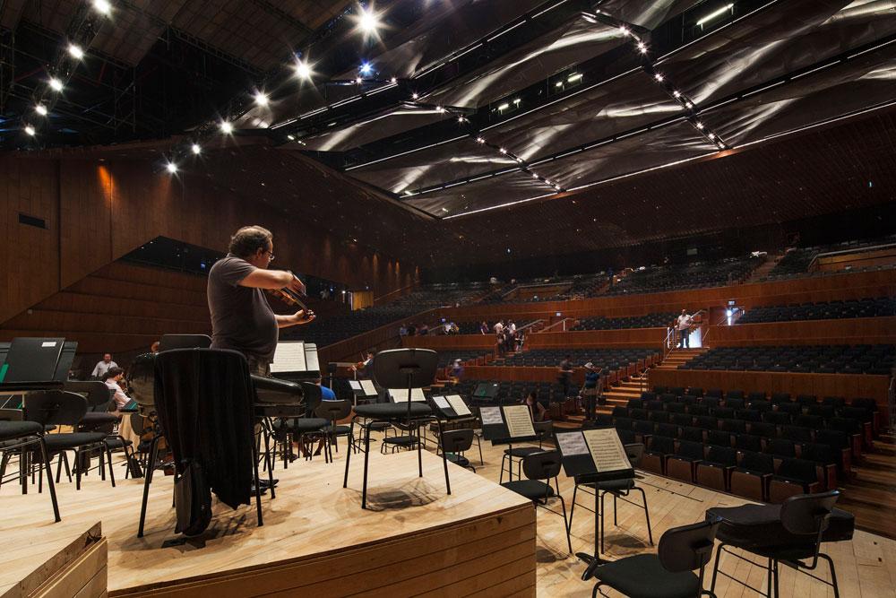 התזמורת בחזרות אחרונות לקראת הקונצרט החגיגי. חוזרים מרמת אביב למשכן הוותיק (צילום: אביעד בר נס)
