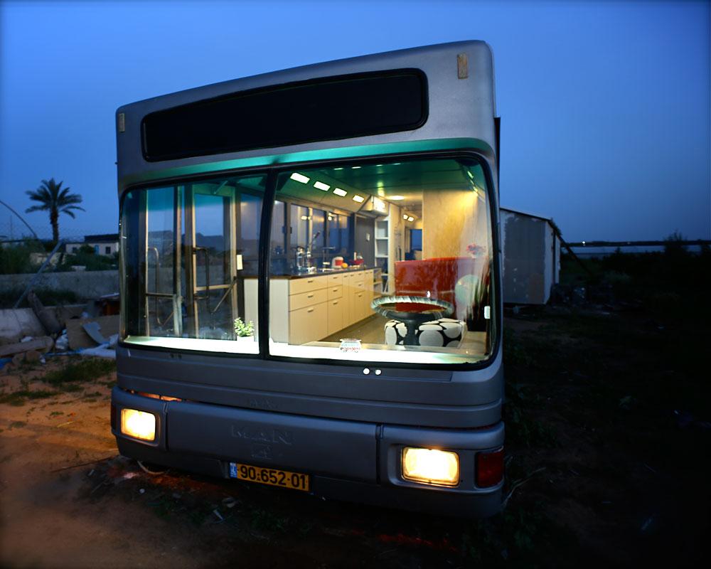 המעצבות החליטו לשמור על אופיו של האוטובוס ולא להפוך אותו לסתם מכולה: החלונות וההגה שופצו, אך מלבדם דבר לא נותר כשהיה ( צילום וסטיילינג: ליאור דנציג  )