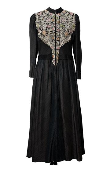"""שמלת משי שחורה עם רקמה, 1970. """"השמלה האהובה עליי, שפיני עיצבה במיוחד עבורי. היא עשויה משי שחור מהודו, עם רקמת עזה ובית לחם"""" (צילום: ענבל מרמרי)"""
