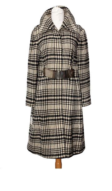 """שמלת טוויד משובצת בשחור-לבן, 1967. """"זאת שמלה מאוד מיוחדת של משכית, שנארגה גם היא במפעל של קאשי, בדוגמה של האורגת נאורה ורשבסקי. השמלה היתה שייכת לאמי, רחל שוורץ"""" (צילום: ענבל מרמרי)"""