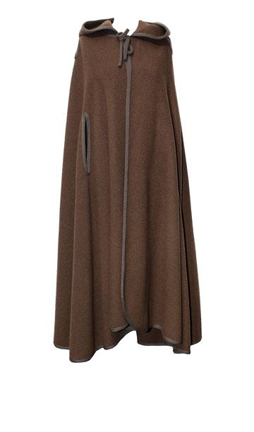 """מעיל מדבר ארוך בצבע זית, 1960. """"מעיל המדבר הוא קלאסיקה של משכית. האימרות נעשו על ידי ערבים מנצרת ובד הצמר, שמאוד מאפיין אותו, נארג במפעל האורגים של ג'ורג' קאשי"""" (צילום: ענבל מרמרי)"""