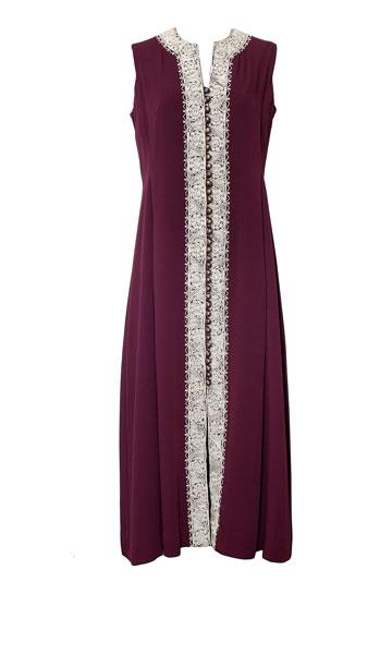 """שמלת חלוק סגולה עם רקמה, שנות ה-70. """"שמלה עם רקמת בית ג'אלה שפלסטיניות ייצרו עבורנו לאחר מלחמת 67'. היה לנו קשר מאוד מיוחד עם הנשים מבית ג'אלה ועזה"""" (צילום: ענבל מרמרי)"""