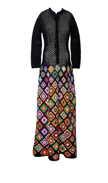 """שמלה בדוגמת מעוינים, שנות ה-70. """"השמלה הזאת נעשתה כולה בעבודת יד, על ידי נשים מכפרים ערביים מסביב לנצרת. השמלה בנויה ממעוינים קטנים בחלק העליון, שהולכים וגדלים עד למטה"""" (צילום: ענבל מרמרי)"""