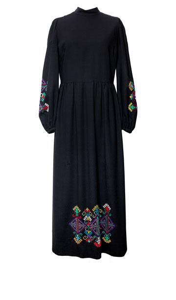מארונה של רות דיין: שמלת מקסי שחורה מצמר עם רקמת צלבים, שנות ה-70 (צילום: ענבל מרמרי)