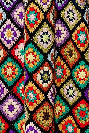 מבט מקרוב על שמלה בדוגמת מעוינים משנות ה-70 (צילום: ענבל מרמרי)