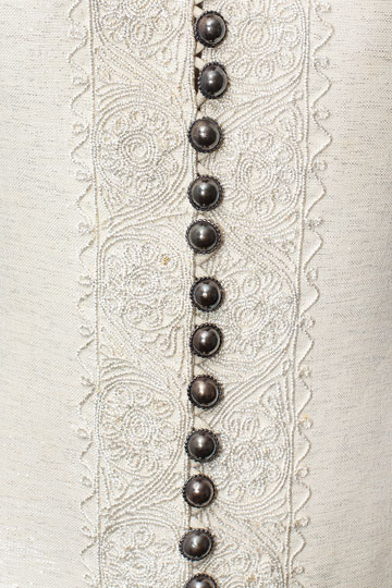 מבט מקרוב על שמלת כלה לבנה עם כפתורים משנת 1972 (צילום: ענבל מרמרי)