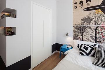 דלתות כיס מול המיטה מובילות לחדר הארונות (צילום: אביעד בר נס)