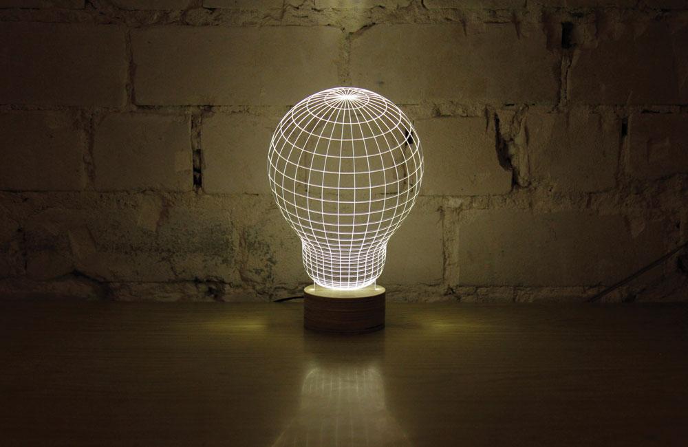 מנורת הלד של סטודיו צ'חה. נדמה שהיא בעלת ''גוף'', אבל זה בסך הכל בסיס עם לוחית פלסטיק שקופה ודקה (צילום: איה ברין)