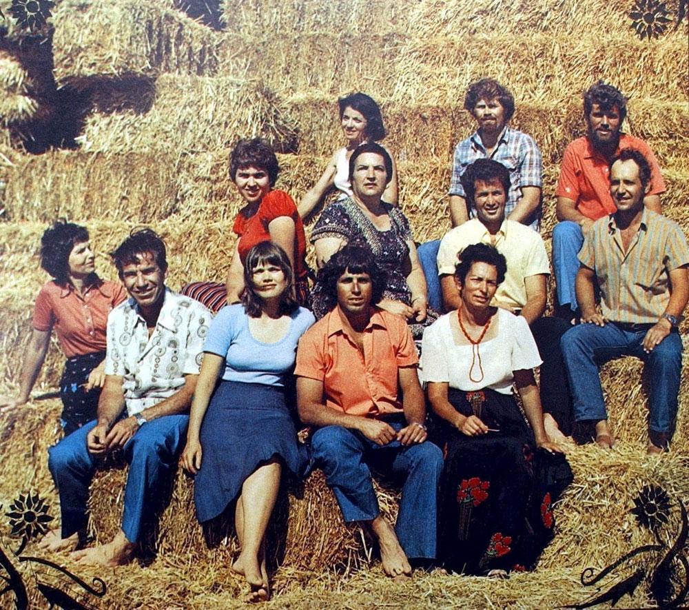 """הגבעטרון בשנות השבעים. ברזק קיצונית משמאל. רינה פירסטנברג שלישית מימין בשורה השנייה. """"אני מתגעגעת לחבורה שהיינו, לגבעטרון שהיה פעם. היינו משפחה. היום זה לא אותו דבר"""" (צילום: אלעד גרשגורן)"""