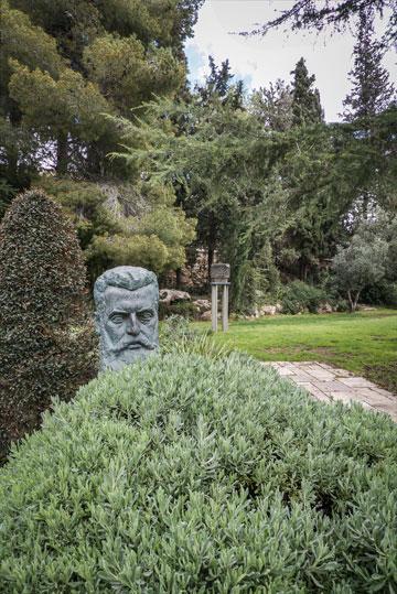פסל של הרצל בגן (צילום: איתי סיקולסקי )