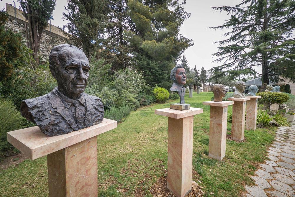 פסליהם של הנשיאים הקודמים. משמאל: שמעון פרס, משה קצב, עזר ויצמן, חיים הרצוג ויצחק נבון (צילום: איתי סיקולסקי )