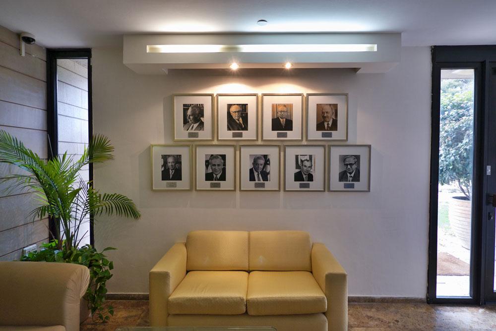 תמונות הנשיאים הקודמים באזור המשרדים. גם כאן לא דילגו על משה קצב (צילום: איתי סיקולסקי )