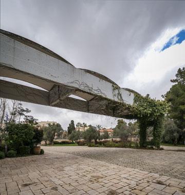 סככה באורך 30 מטר נשלחת מהחזית אל מרכז הרחבה, ומדגישה את הכניסה הראשית לאזור הטקסי (צילום: איתי סיקולסקי )