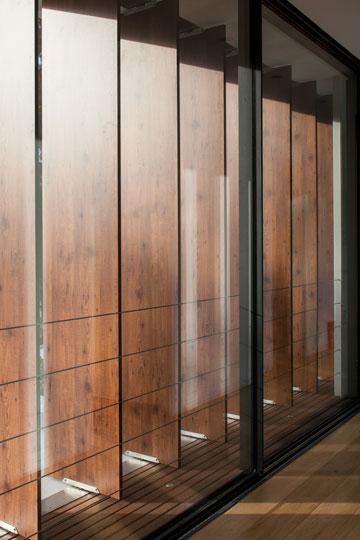 רפפות עץ מסננות את האור בקומה העליונה (צילום: עמית גרון)
