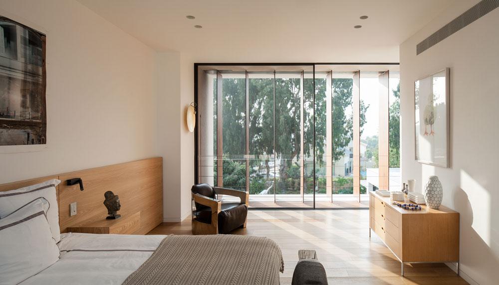 בחדר ההורים צבעים וחומרים טבעיים. כמו כל הקומה, רפפות עץ אנכיות, עצומות, מסננות את האור (צילום: עמית גרון)