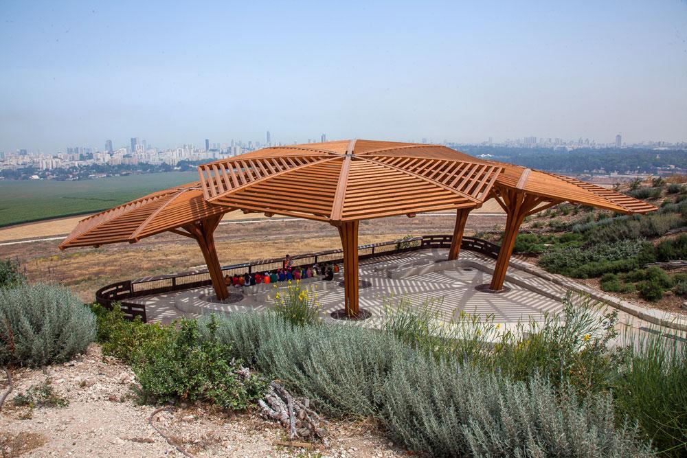 שמשיות העץ הגדולות על הר הזבל לשעבר. הפארק המטרופוליני הגדול ביותר בישראל (צילום: טל ניסים)