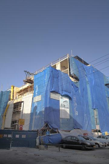 מוקדם יותר השנה, העבודות על בית גוטר. מחיר מ''ר לשימור גבוה כפליים מבניית בניין רגיל (צילום: אמית הרמן)