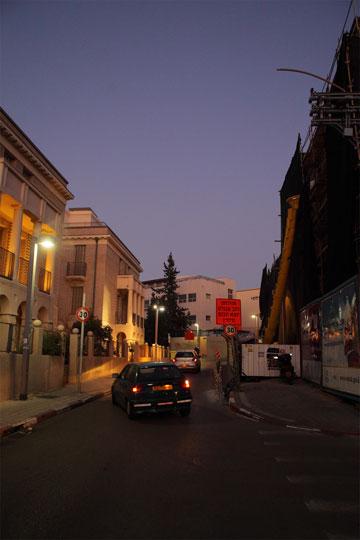 משמאל: בית הצעירים של עיריית תל אביב, מול בית ברסקי (צילום: אמית הרמן)