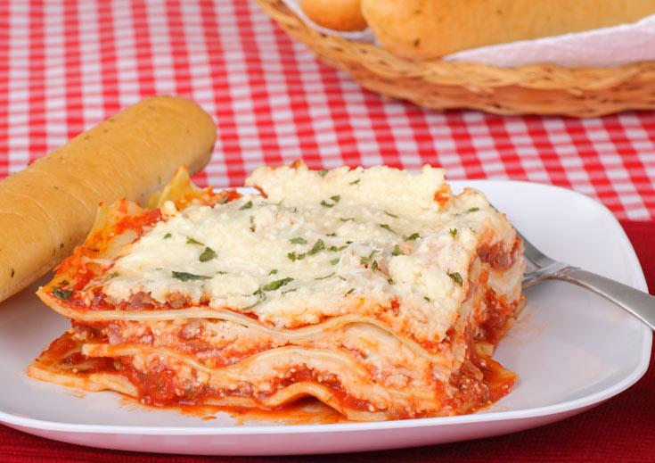 לזניה עם גבינות ורוטב עגבניות. כדאי להכין תבנית ענקקקקקקית (צילום: shutterstock)