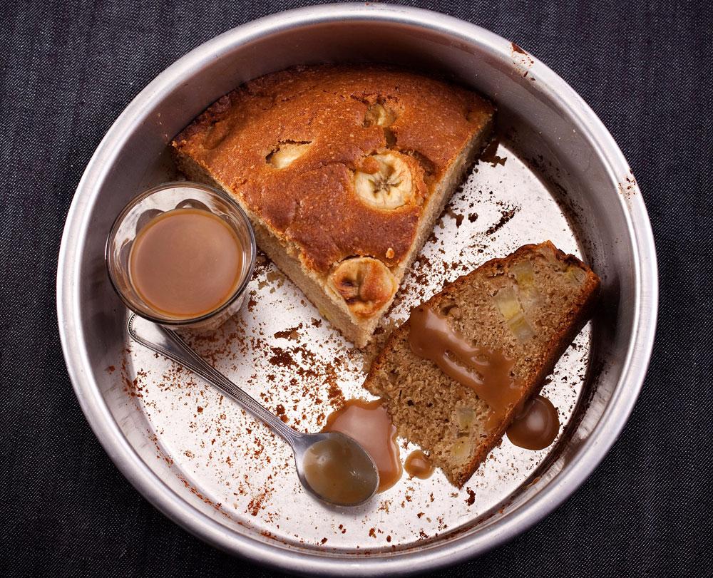 עוגת בננות בחושה עם רוטב קרמל ( צילום: רן גולני, סגנון: נעמה רן )
