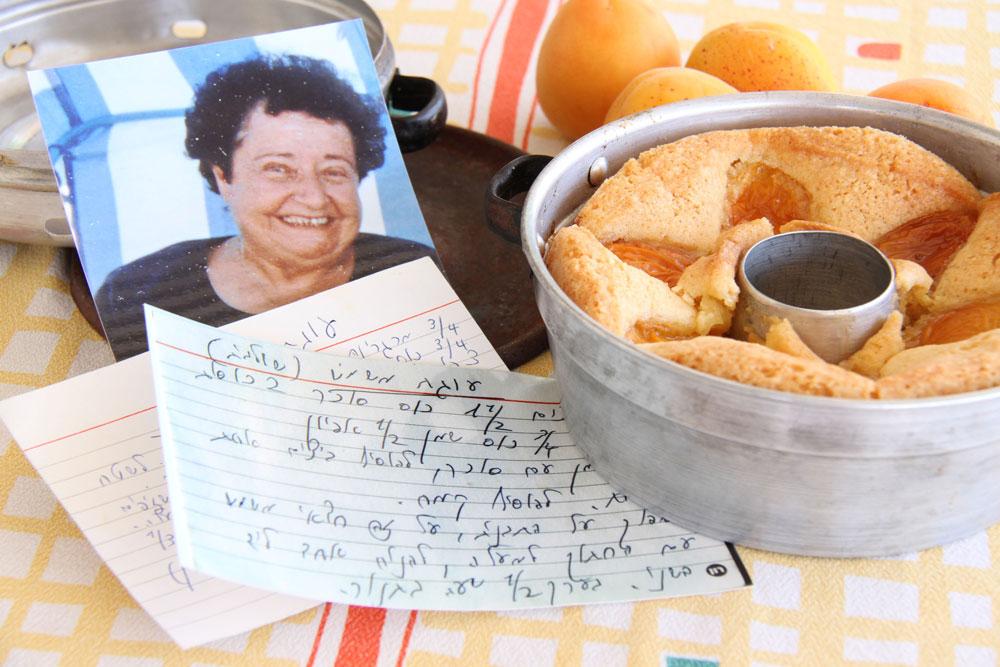 עוגות פירות היו אהבתה הגדולה. תמונתה של רות ראונר, אימה של אסנת לסטר, ליד עוגת משמשים שנהגה להכין (צילום: אסנת לסטר)