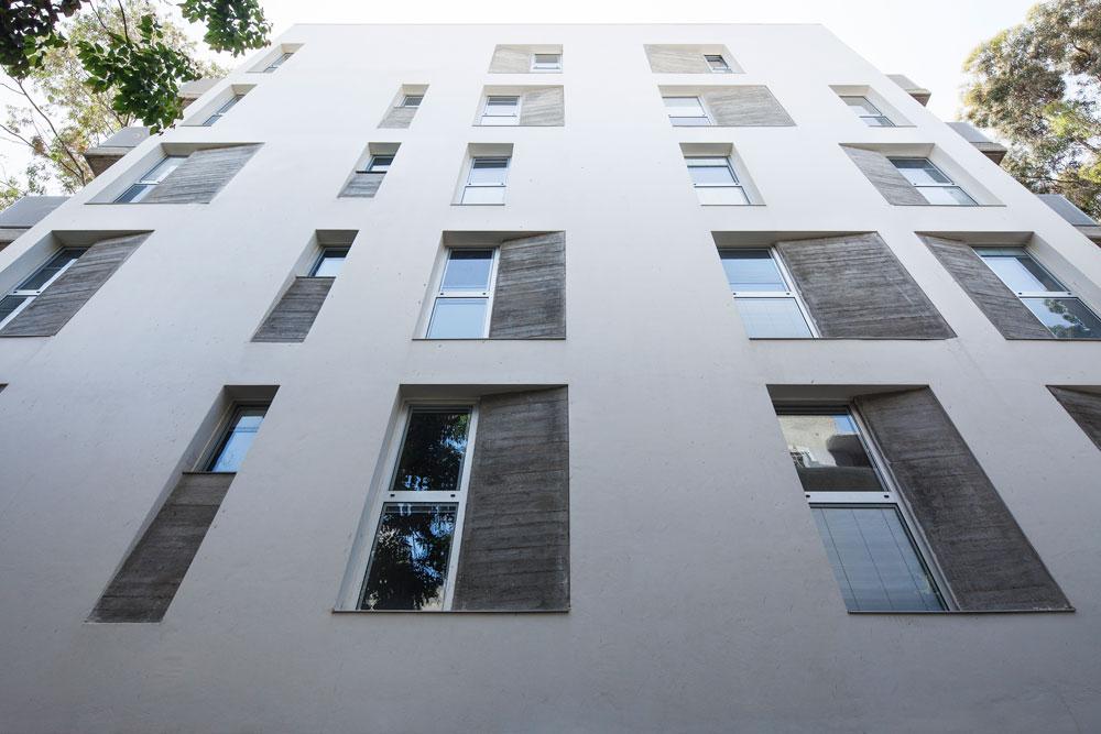 משחק מסוג אחר בסמטה אלמונית בת''א: החלונות דווקא אחידים במיקומם, למעט בקומה העליונה, אך השקעים בבטון עושים פארודיה על התופעה - ומייצרים חזית רנדומלית (''החדר אדריכלים'') (צילום: אביעד בר נס)