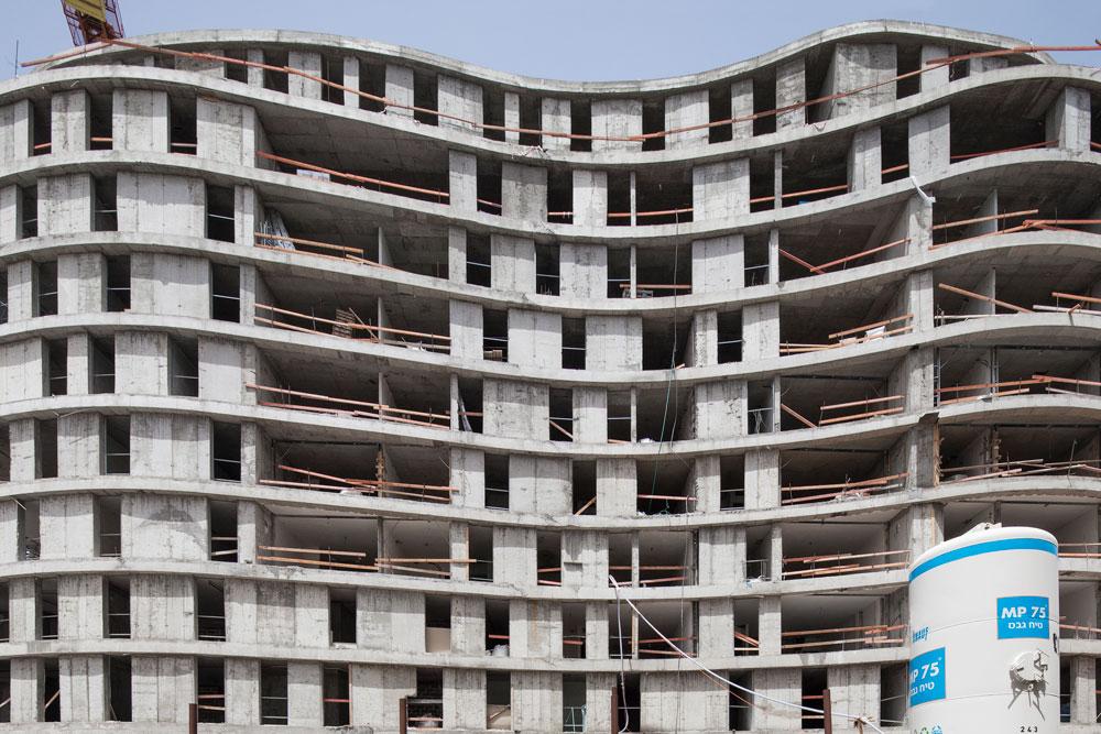 ''חלונות קופצים'' בפרויקט ''רביעיית פלורנטין'', שהולך לשנות את פניו של רחוב סלמה בדרום ת''א. המתכנן, אילן פיבקו, הכניס עניין בחזית באמצעות האפקט הזה (צילום: אביעד בר נס)