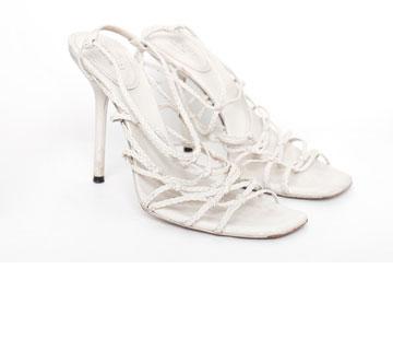 """סנדלי עקב מעור בצבע לבן. """"חוץ מלשתי החתונות - לא לבשתי אותם מעולם"""" (צילום: ענבל מרמרי)"""