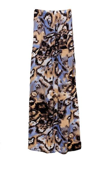 """שמלת סטרפלס בדוגמה מנומרת סגולה של דנה אשכנזי. """"בזכותה, או בגללה, התחלתי ללכת על עקבים"""" (צילום: ענבל מרמרי)"""