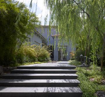 מדרכים מאבן שחורה מובילים אל דלת הכניסה (צילום: עמית גרון )