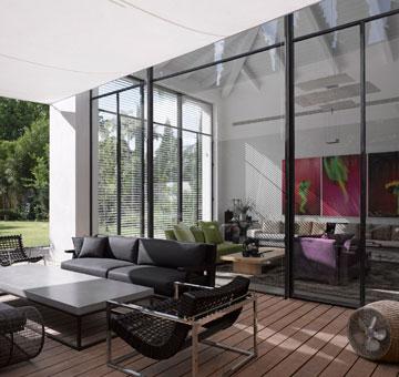 קירות זכוכית עצומים בין הגינה לסלון (צילום: עמית גרון )