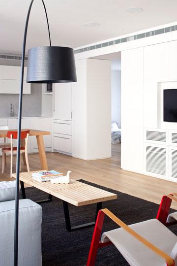 טיפ 2: ארון דו צדדי, שמשרת גם את המטבח וגם את חדר השינה, מחליף קיר וחוסך שטח. דירה בתכנון ורד בלטמן כהן (צילום: עמית גירון)