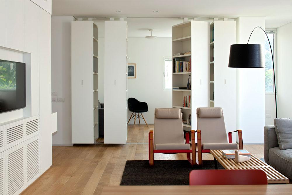 טיפ 2: קירות חצי שקופים, חלקיים או כאלה שנפתחים ונסגרים לפי הצורך מאפשרים מבט רחוק יותר, שמעניק תחושת מרחב. דירה בתכנון ורד בלטמן כהן (צילום: עמית גירון)