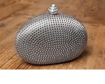 """תיק ערב מעוטר אבנים, מתנה מהחמות. """"את התיק הזה קיבלתי במתנה מג'ולי, אימא של שגב. היא אלופת המציאות"""" (צילום: ענבל מרמרי)"""