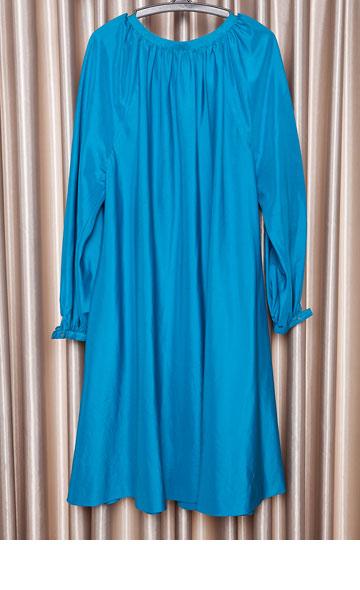 """טוניקת משי סאטן בצבע טורקיז של עודד פרוביזור. """"בשנות ה-70 וה-80, אימא שלי, כמו נשים אחרות רבות, היתה תופרת בגדים אצל מעצבי אופנה ותופרות ביתיות"""" (צילום: ענבל מרמרי)"""