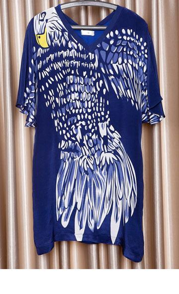 """שמלת טוניקה כחולה עם הדפס ציפור של עדיקה. """"זאת שמלה קלילה וזולה. אני מאוד מתחברת לפריטים שלהם"""" (צילום: ענבל מרמרי)"""