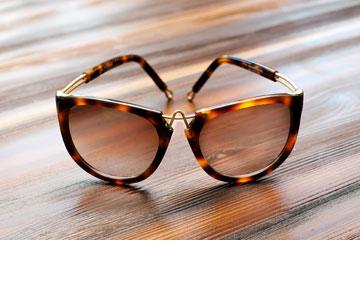 """משקפי שמש של pq בעיצובו של רון ארד. """"לא סתם כל הכוכבות הגדולות בהוליווד מתעוררות מסטולות על הבוקר וישר מכסות את הפנים במשקפיים גדולים"""" (צילום: ענבל מרמרי)"""