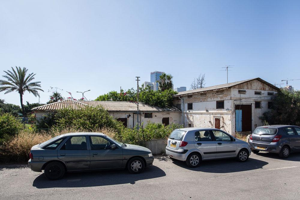 קשה להבחין בבניין הצנוע בפינת משה דיין ויצחק שדה, בקצה שכונת רמת ישראל. זהו בית השידור הראשון של ''קול ישראל', שנבנה בתוך מטע בננות במסווה של מבנה חקלאי (צילום: טל ניסים)