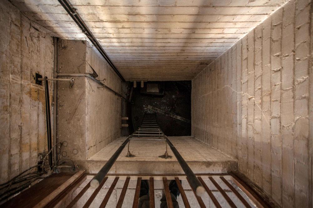 הירידה לבונקר. זהו אולם עגול שקירותיו מורכבים מלבני סיליקט, והרצפה והתקרה מבטון (צילום: טל ניסים)