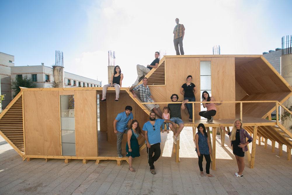 הסטודנטים בהדרכתו של האדריכל מתי אבשלומוב עם הבית המשושה ששטחו 20 מ''ר (צילום: דור נבו)